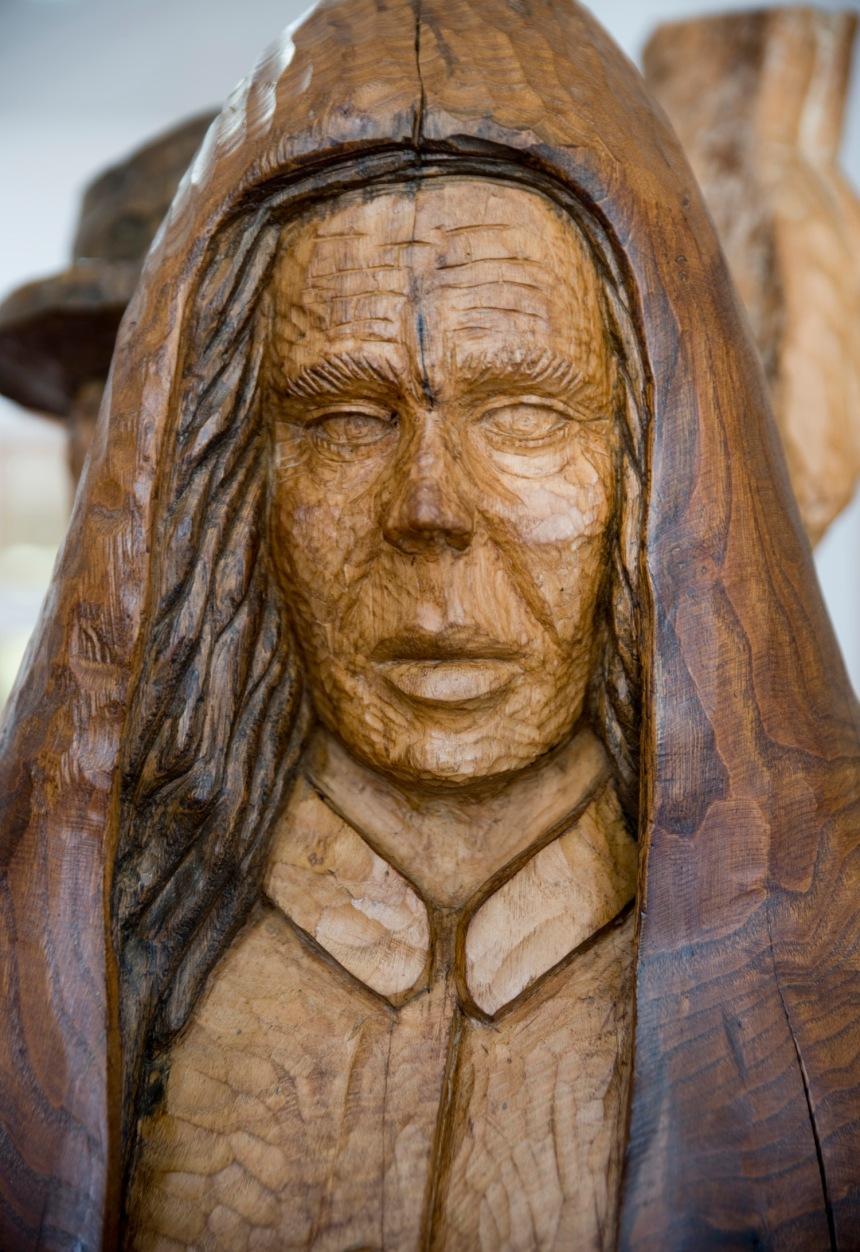 Escultura em madeira de um homem com a capucha - Museu de Castro Daire