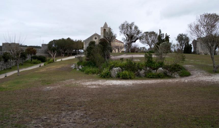 Espaço interior do castelo com a igreja e as muralhas