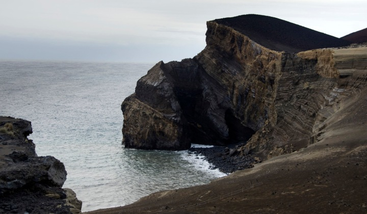 Território conquistado ao mar pelo vulcão