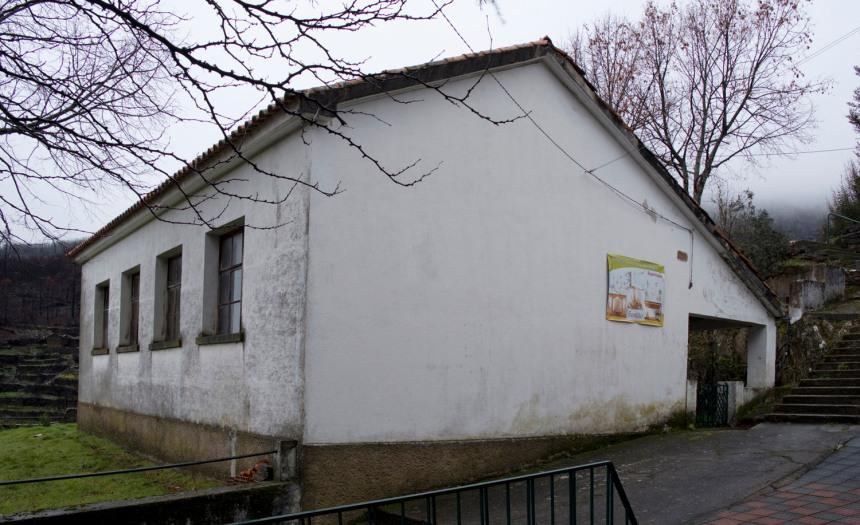 A escola construida com o dinheiro do povo