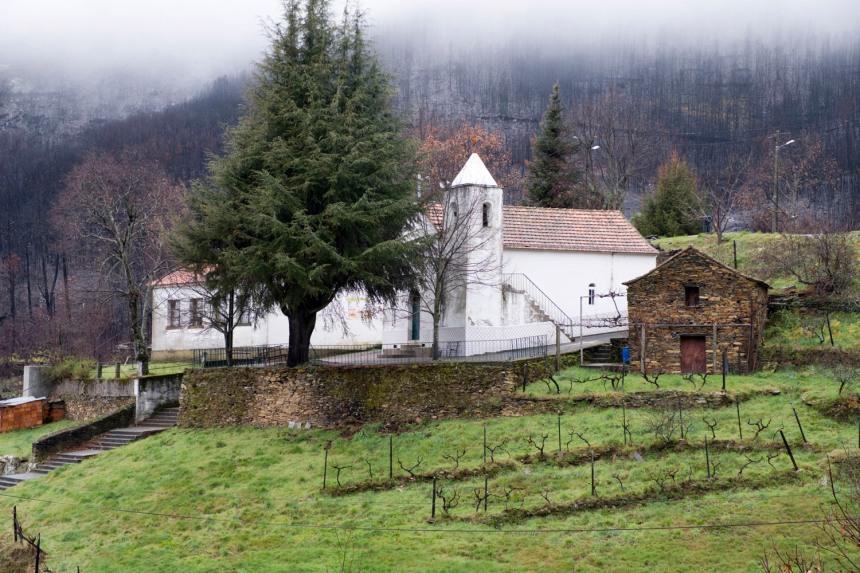 Capela de Fontão e ao lado, também caiada de branco, a escola