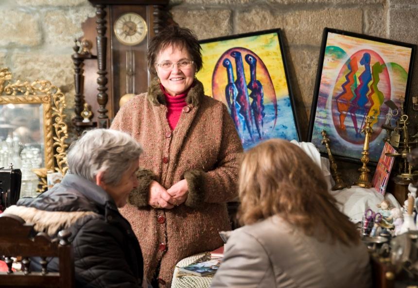 Maria Leal na sua loja de antiguidades