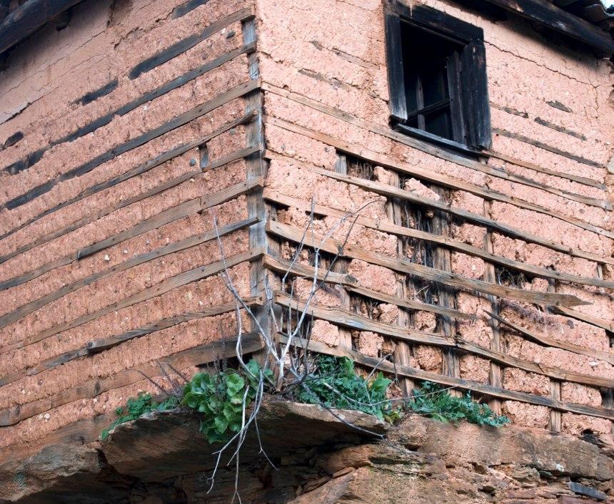Casa com paredes exteriores de taipa