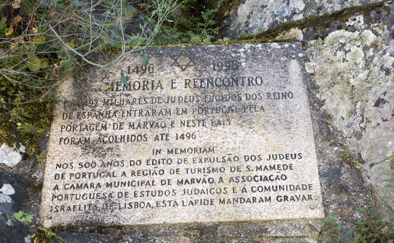 Placa evocativa da passagem dos judeus em Portagem