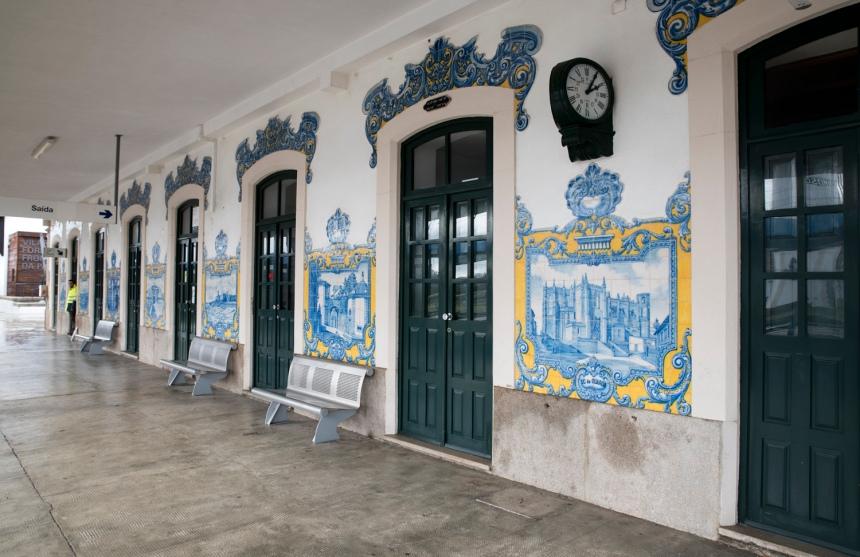 Painéis de azulejos junto ao cais