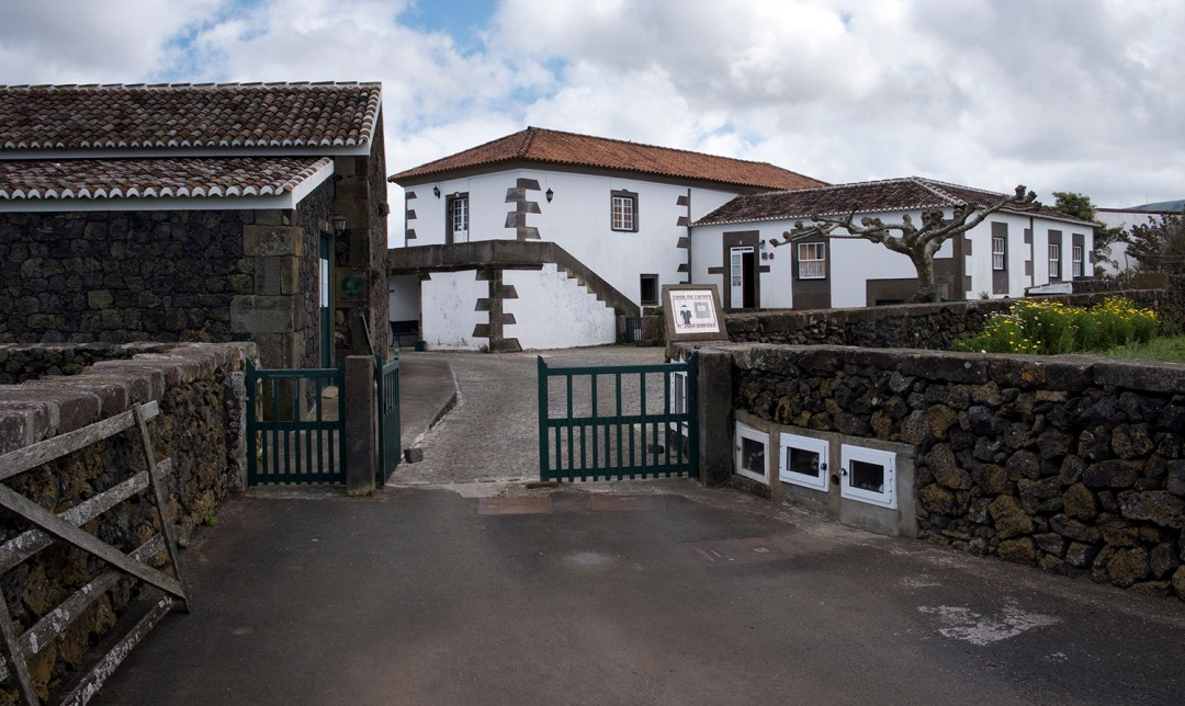 Casa típica do Ramo Grande (Ti José Borges) - grande, cantaria com lajes e rebocada