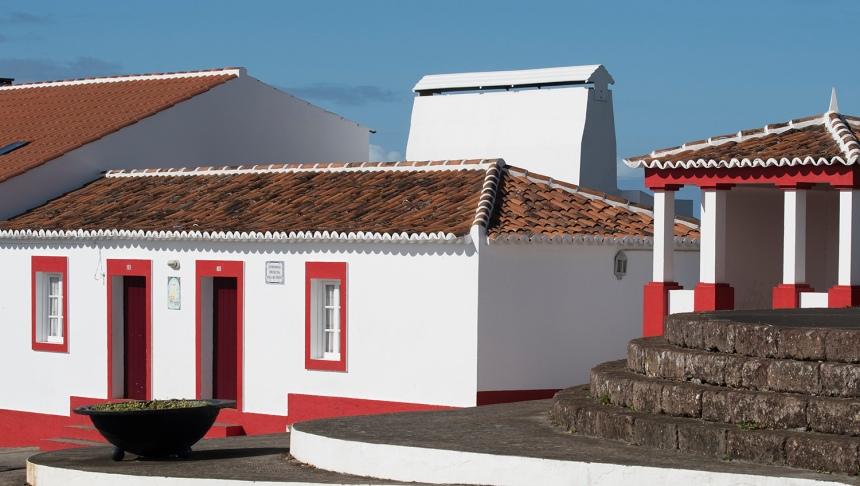 """Casa na Almagreira com chaminé de """"mãos deitadas"""""""