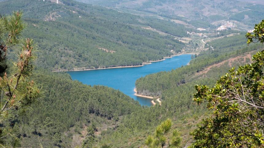 Vista da serra da Malcata para a barragem