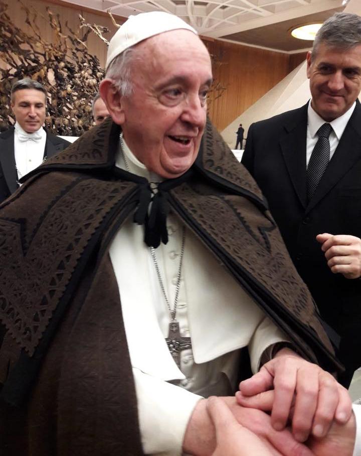 Papa com a capa de honras. ©CM Miranda do Douro