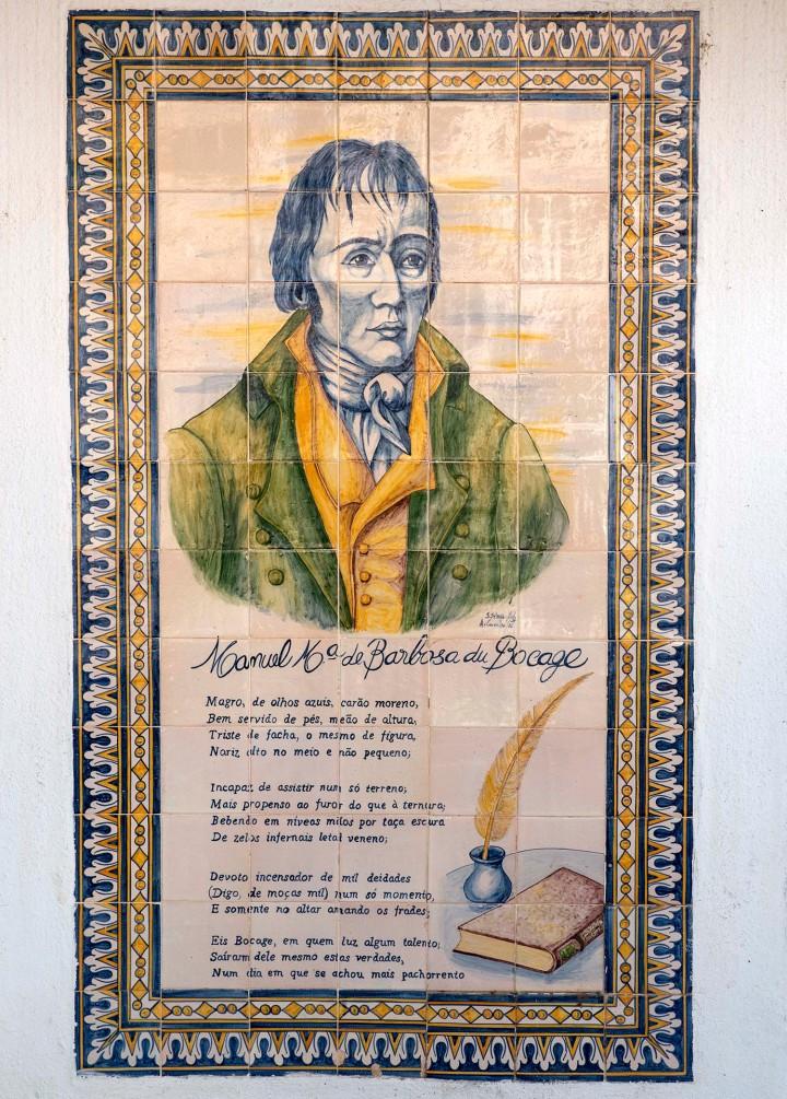 """Conjunto de azulejos na fachada de uma casa com o """"auto retrato"""" de Bocage"""
