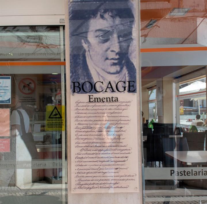 Bocage como referência do café na praça principal de Setúbal