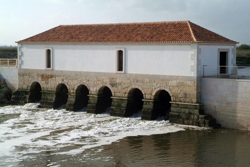 Água a passar nos arcos na base do moinho @CM Montijo