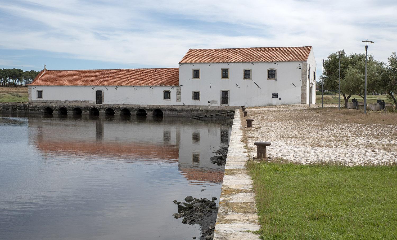 O moinho e os oito canais de passagem da água