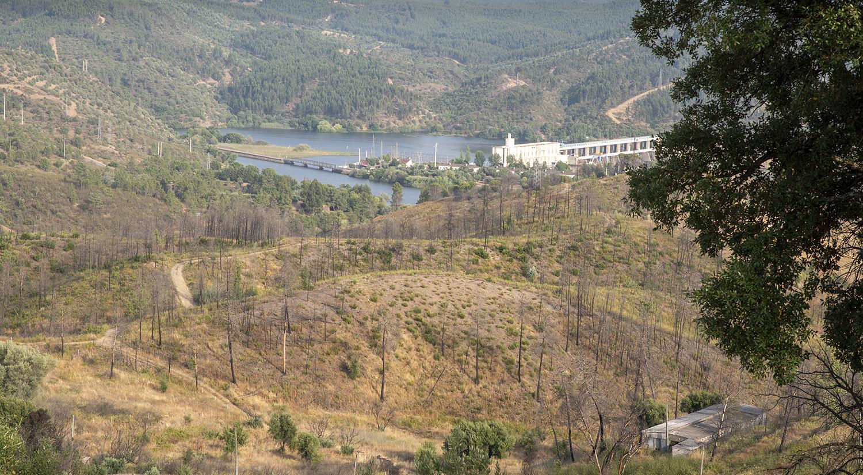 Vista da barragem e da praia fluvial