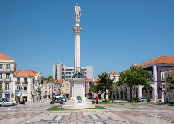 Estátua de Bocage na praça com o nome do poeta