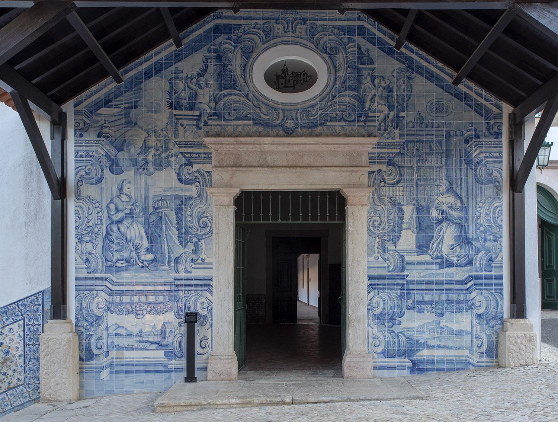 Painel de mosaicos na entrada para os claustros do Convento de S. Francisco