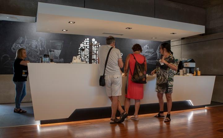 Visitantes experimentam vários tipos de café e derivados