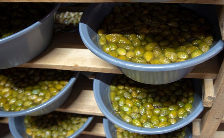 As ameixas em calda são colocadas em alguidares onde ficam algum tempo