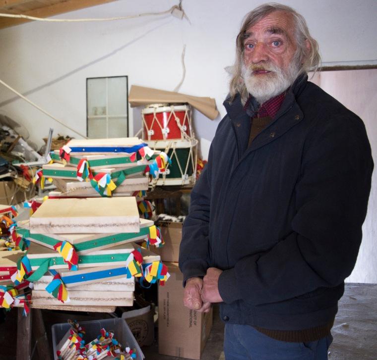 José Relvas constroi adufes de forma tradicional