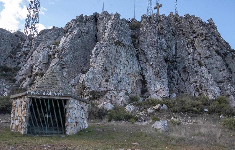 A interessante composição da Via Sacra com a crista quartzitica e as antenas