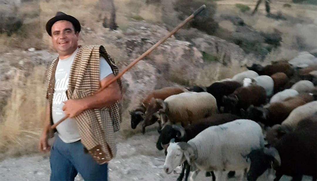 Pastor com parte do traje no Sabugueiro