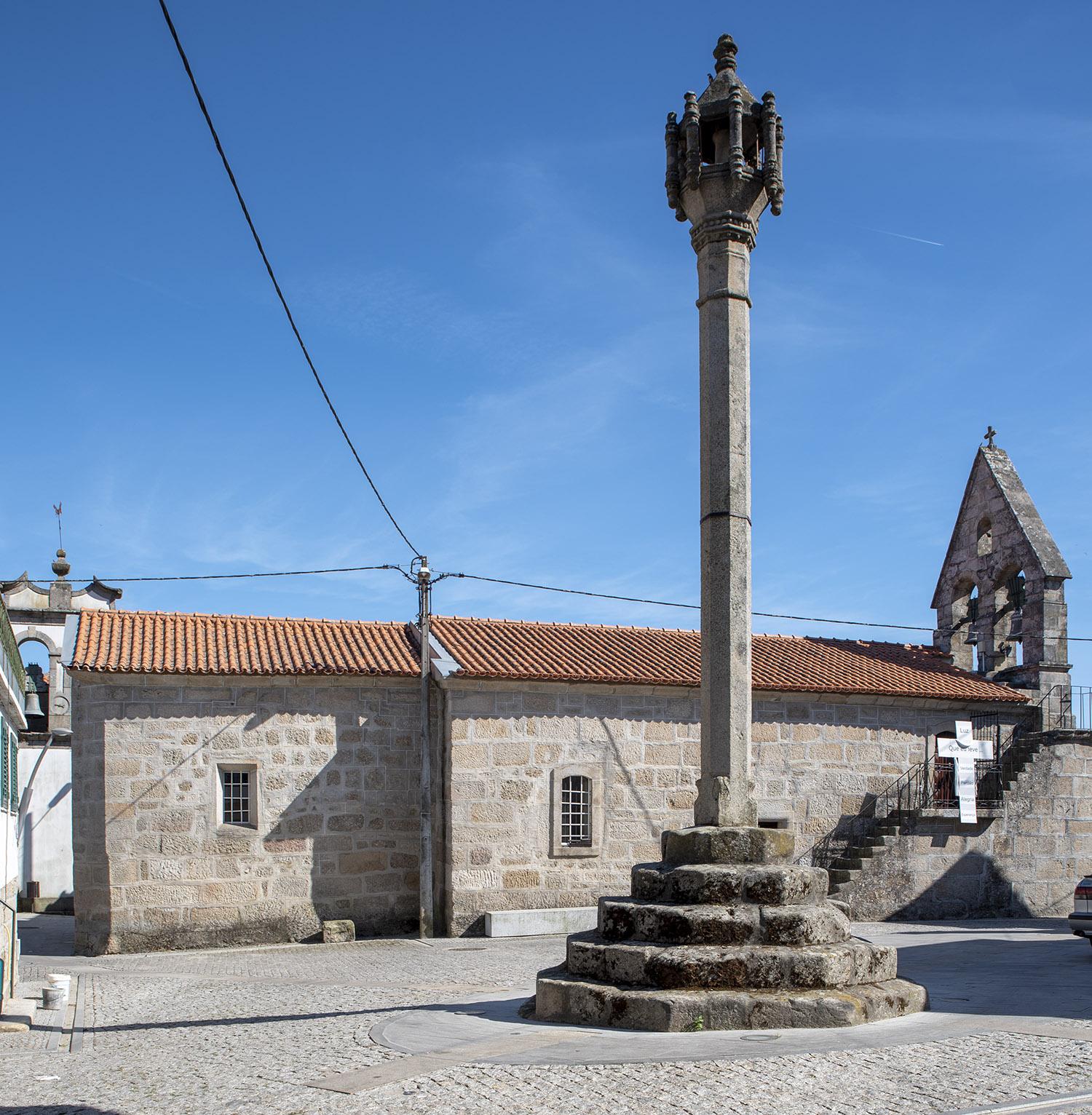 Pelourinho e igreja Matriz na praça central de Algodres