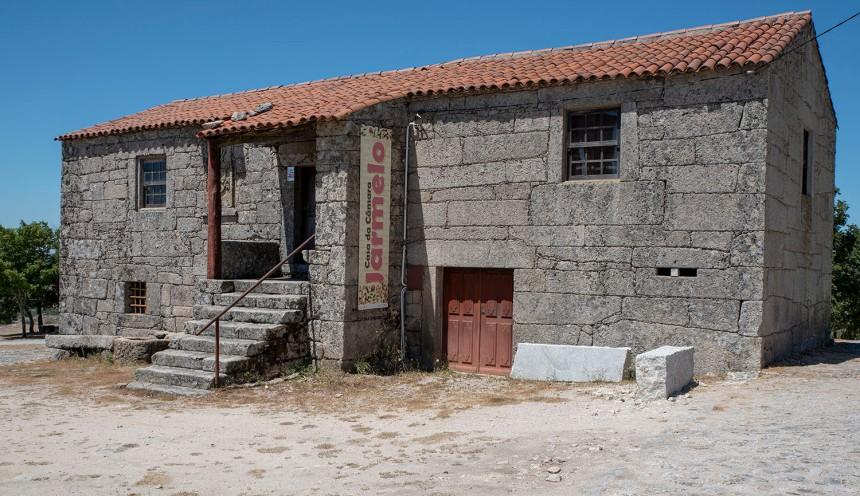 Antiga Casa da Câmara de Jarmelo. Funciona como museu e está no largo onde se realiza a feira atual