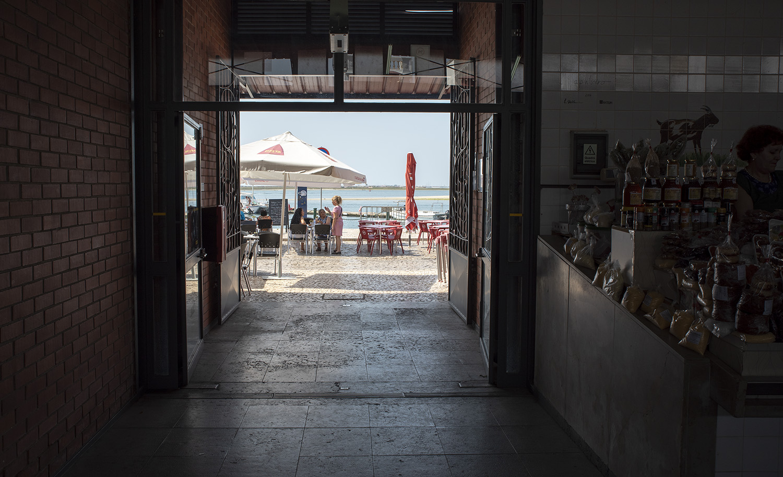 Vista do interior do mercado para a ria Formosa