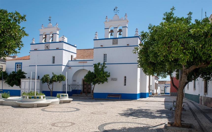 A fábrica fica próximo da igreja de Santa Eulália que tem um relógio de sol