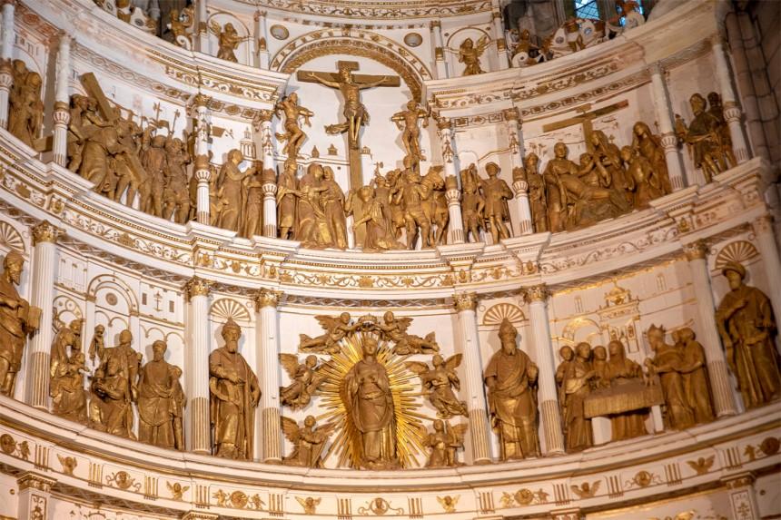 Retábulo com esculturas em pedra de Ançã de João de Ruão