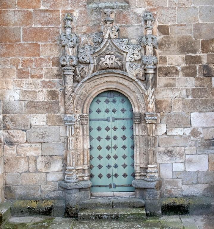 Trabalho decorativo em pedra numa porta lateral