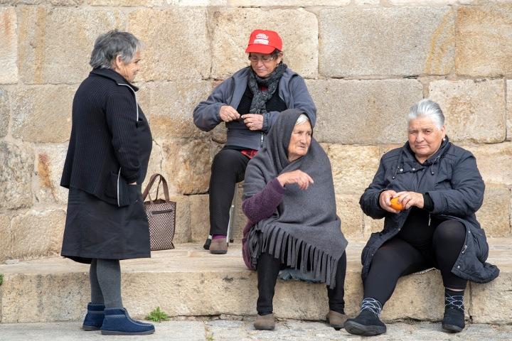 Grupo de mulheres junto à igreja