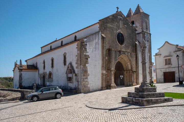 O pelourinho e a igreja onde está o fundador dos Ataíde