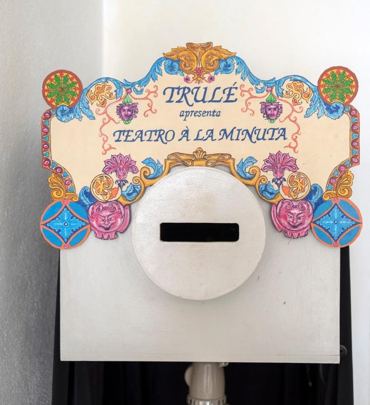 Teatro à la Minuta - as marionetas são manipuladas no interior da caixa