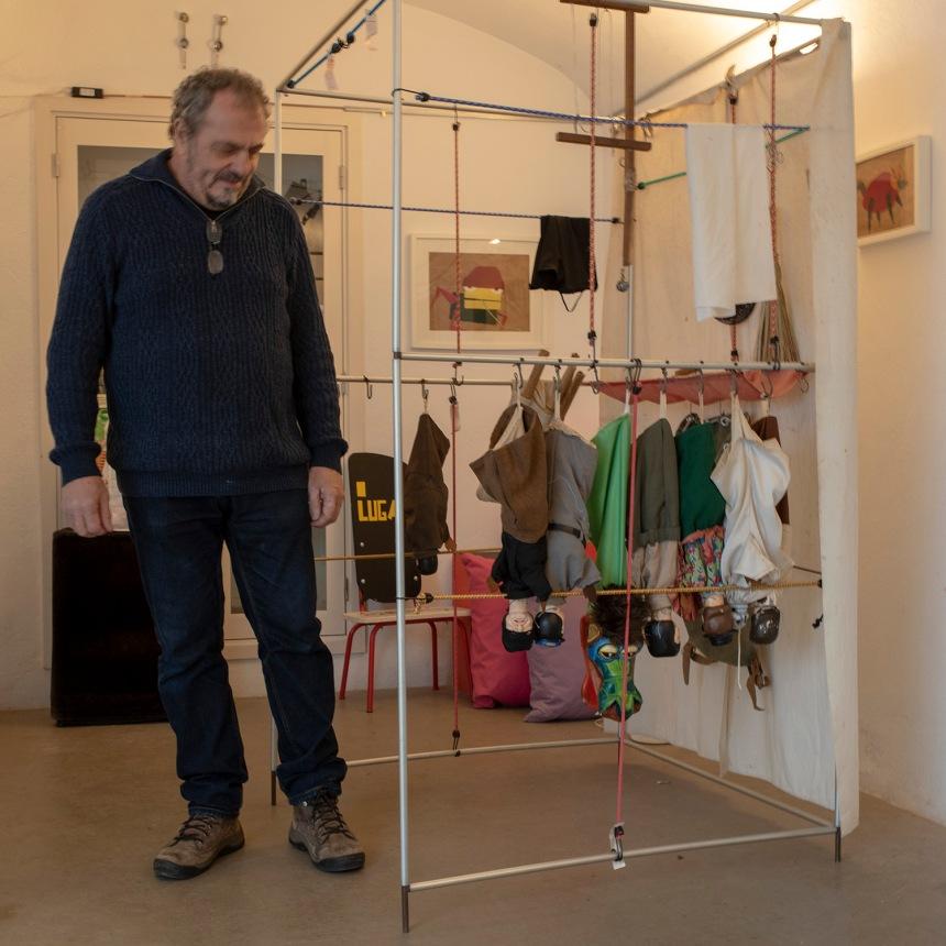 Manuel Dias no atelier com Robertos e a estrutura metálica usada nos espetáculos