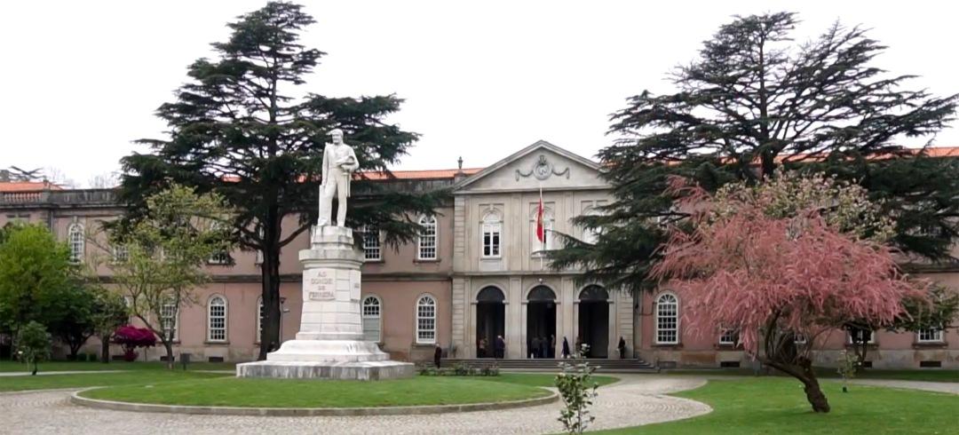Estátua do Conde de Ferreira em frente do Hospital
