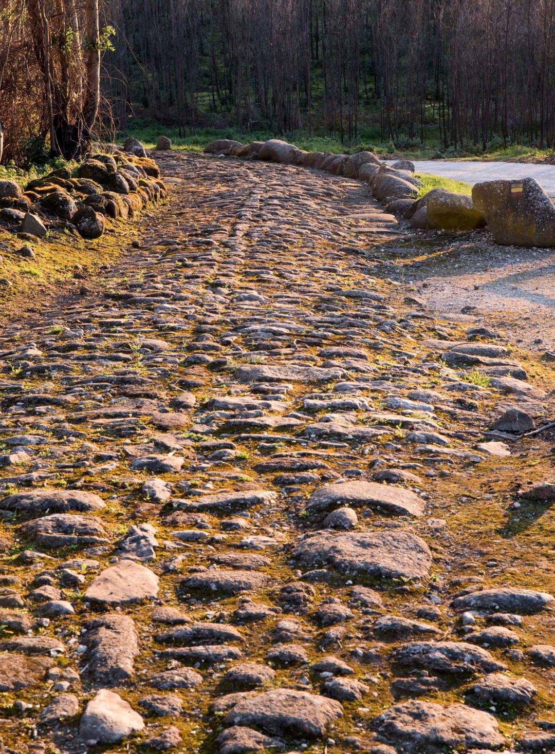 Estrada militar no Forte do Alqueidão