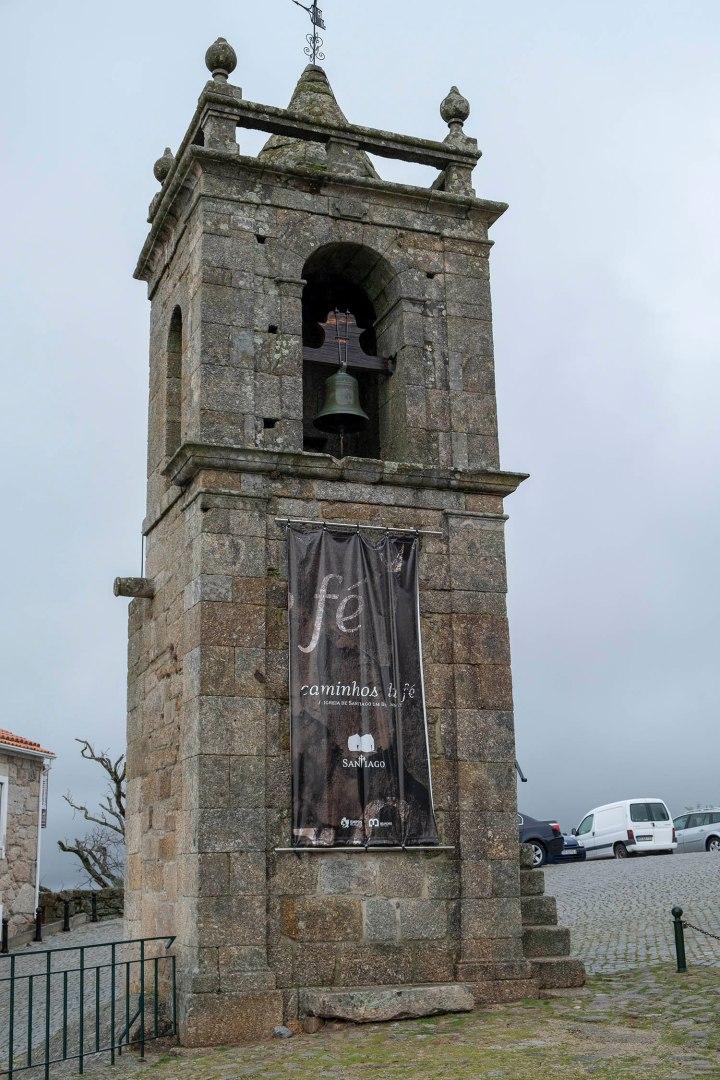 Torre sineira próximo da capela e do castelo