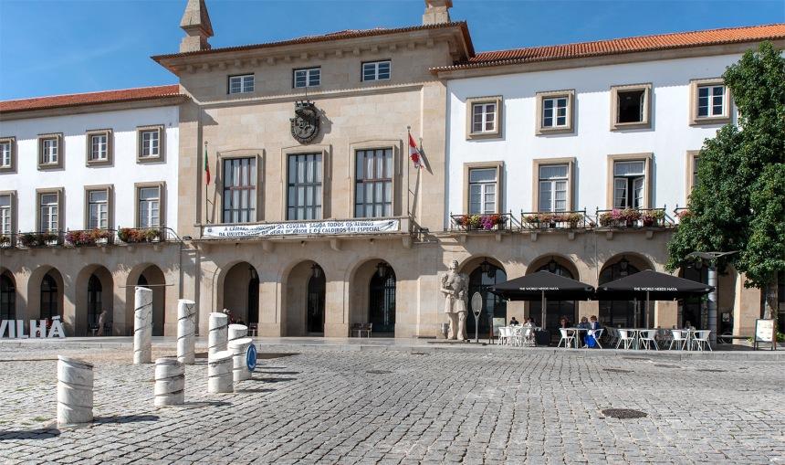 Estátua de Pêro da Covilhã em frente da Câmara Municipal da Covilhã