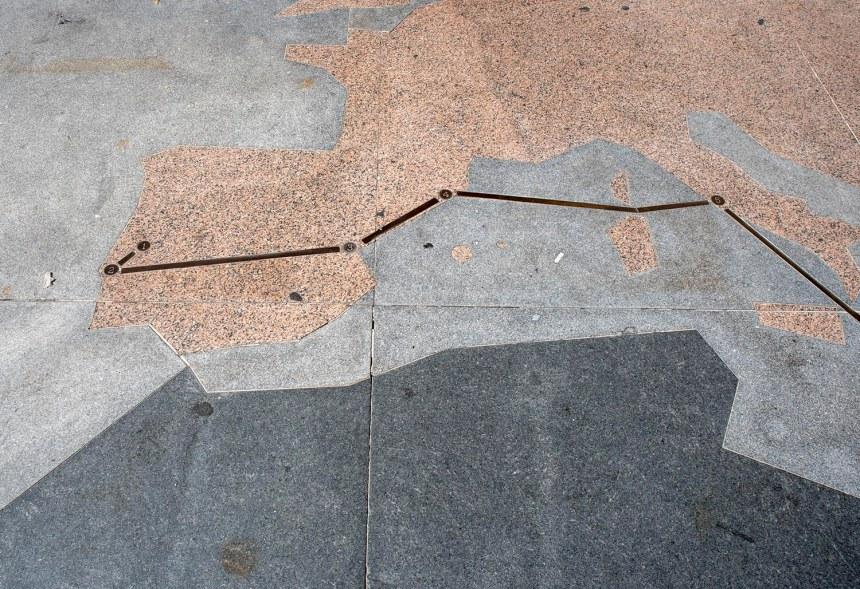 Parte da rota de Pêro da Covilhã traçada num desenho ao lado da estátua
