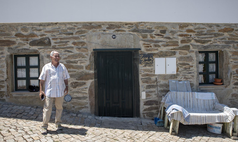 Samuel Sequeira em frente da casa onde reside