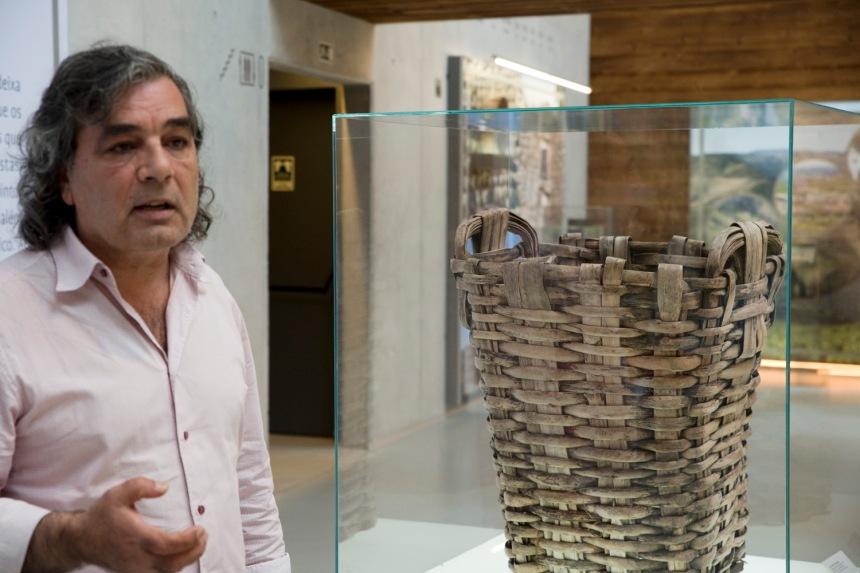 João Oliveira ao lado de um dos cestos usados na vindima