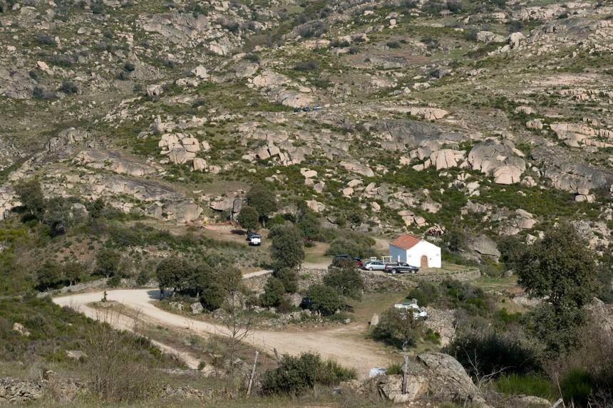 A capela e o castro vistos ao longe, nem se percebe o vale por onde passa o rio