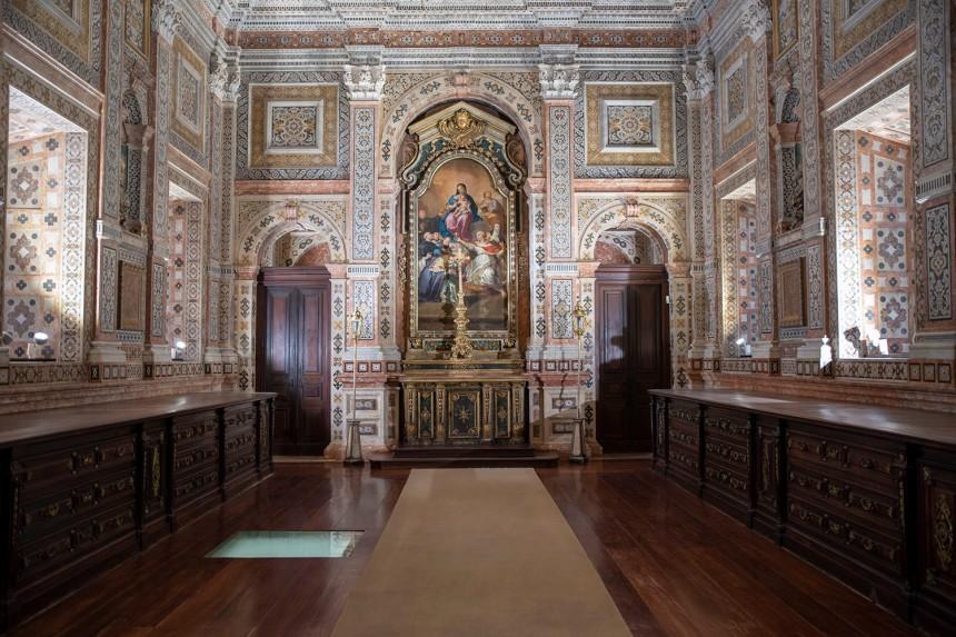 Sacristia com paredes revestidas com mármores embutidos.